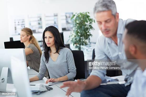 Konzentrierte in einem geschäftigen Büro