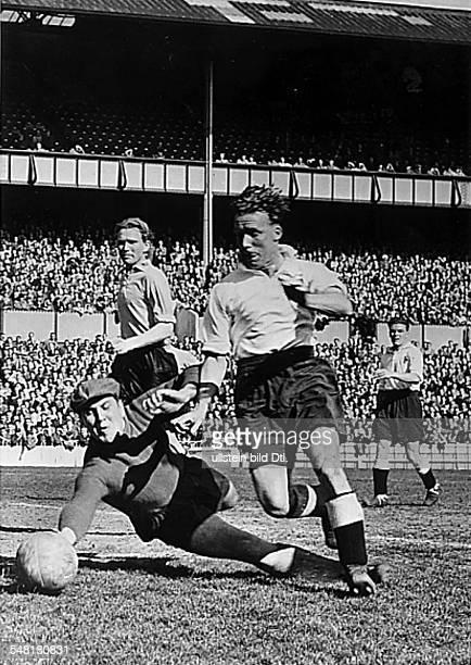 Städtespiel vor 30000 Zuschauern in London Tottenham Hotspurs Borussia Dortmund 21 Torwart Rau lenkt den Ball vor McClelland zur Ecke