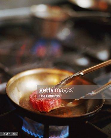 Steak cooking in pan : Bildbanksbilder
