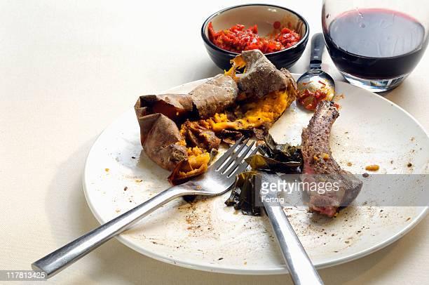 Steaks pour le dîner, de pommes de terre douces et de piments