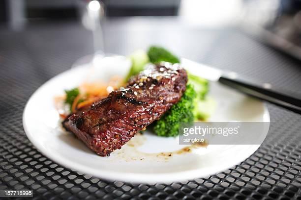 Steak mit Gemüse im Freien
