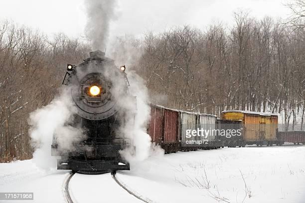Locomotora de vapor extracción de tren de mercancías en Falling Snow, American Railroading