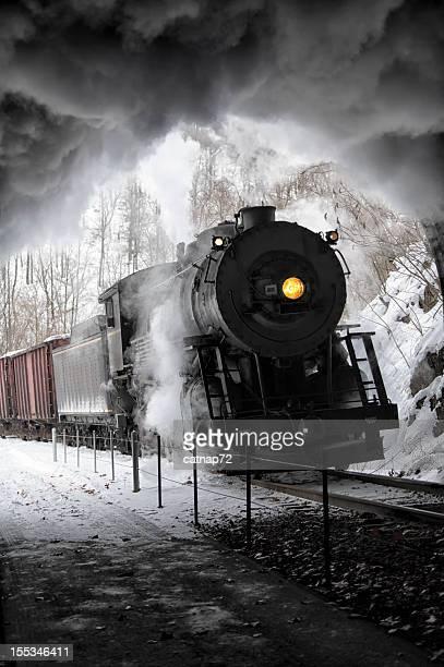 Zug mit Dampflokomotive in Railroad-Tunnel, Rauch und strahlend Gelb Scheinwerfer