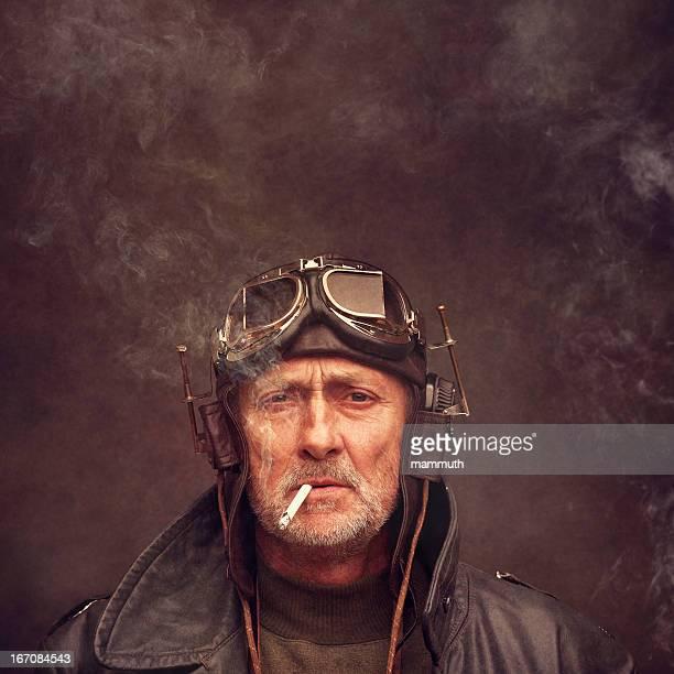 スチームパンクのヘッドフォンと着用する老人男性用ゴーグル