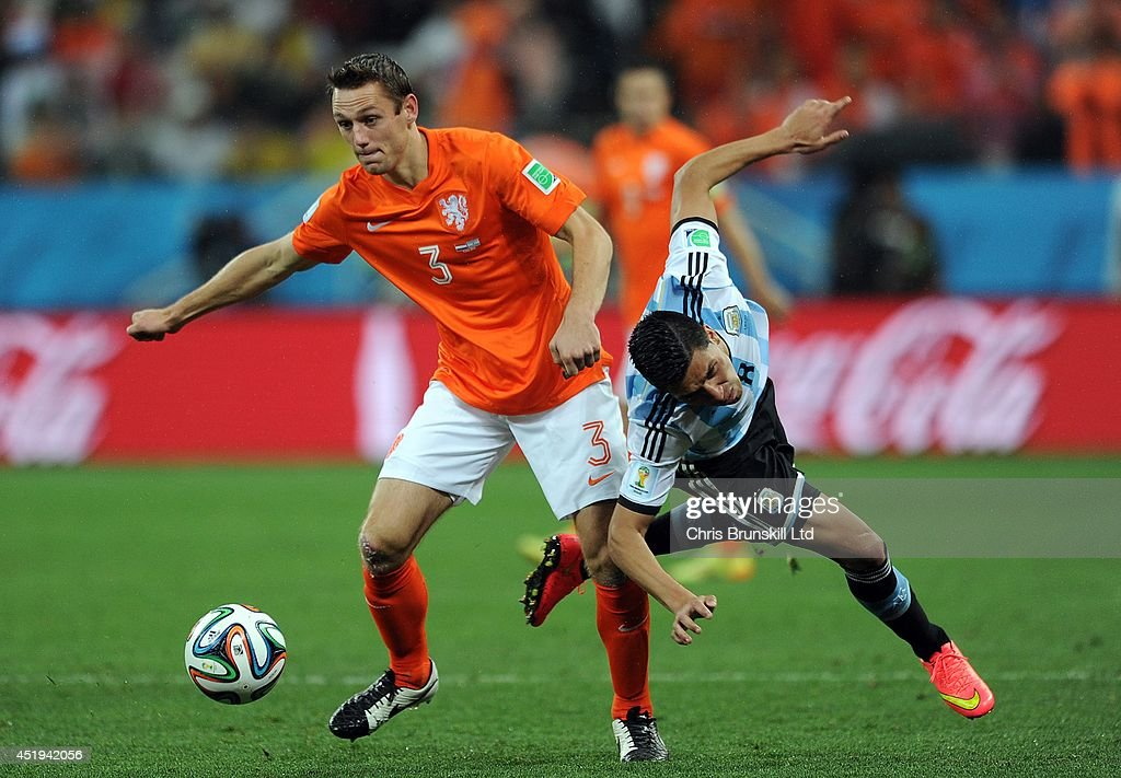 Stefan De Vrij of the Netherland in action with Enzo Perez of Argentina during the 2014 FIFA World Cup Brazil Semi Final match between Netherlands and Argentina at Arena de Sao Paulo on July 09, 2014 in Sao Paulo, Brazil.