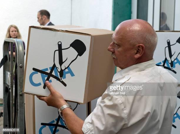 Stefan Dietrich vom Christophoruswerk in Vieselbach bei Erfurt beim Verladen von Kartons mit Formularen zur Verfassungsbeschwerde gegen das geplante...