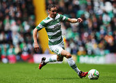 Stefan Johansen of Celtic controls the ball during the Scottish Premiership League Match between Celtic and Dundee United at Celtic Park on August 16...