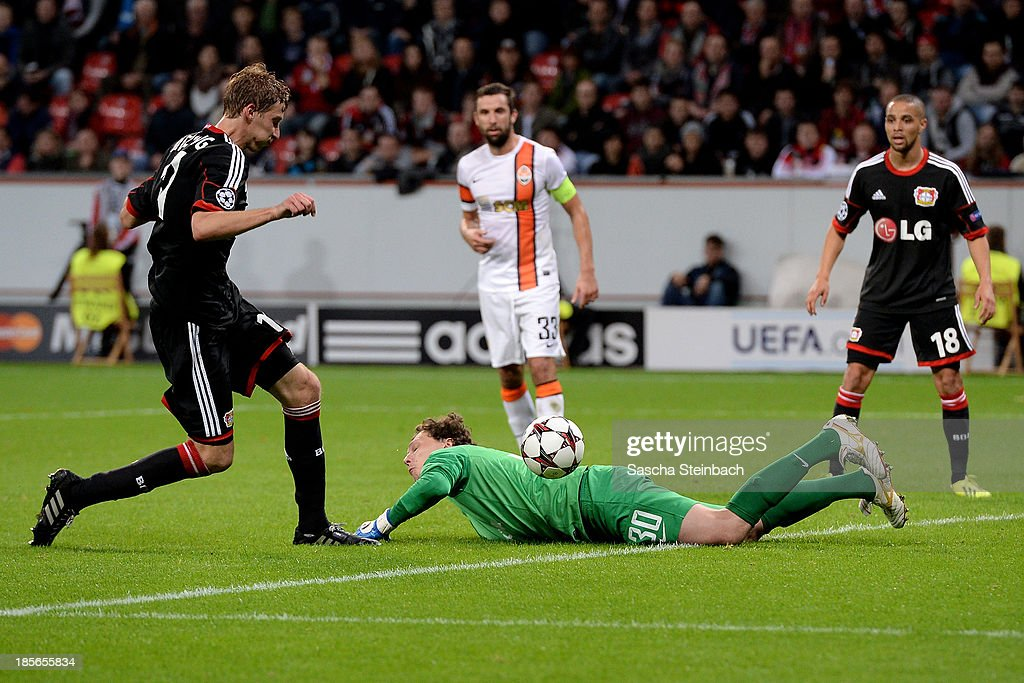 <a gi-track='captionPersonalityLinkClicked' href=/galleries/search?phrase=Stefan+Kiessling&family=editorial&specificpeople=605405 ng-click='$event.stopPropagation()'>Stefan Kiessling</a> (L) of Leverkusen scores his team's 4th goal during the UEFA Champions League Group A match between Bayer Leverkusen and Shakhtar Donetsk at BayArena on October 23, 2013 in Leverkusen, Germany.