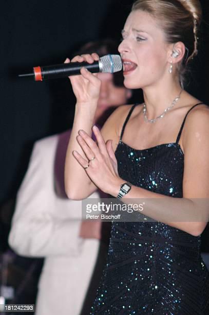 Stefanie Hertel im Hintergrund Lebensgefährte Stefan Mross Tournee 'Zauber der W E I H N A C H T' Stadthalle Riesa Sachsen Deutschland