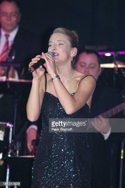 Stefanie Hertel im Hintergrund Orchester 'Wolkenlos' Tournee 'Zauber der W E I H N A C H T' Stadthalle Riesa Sachsen Deutschland