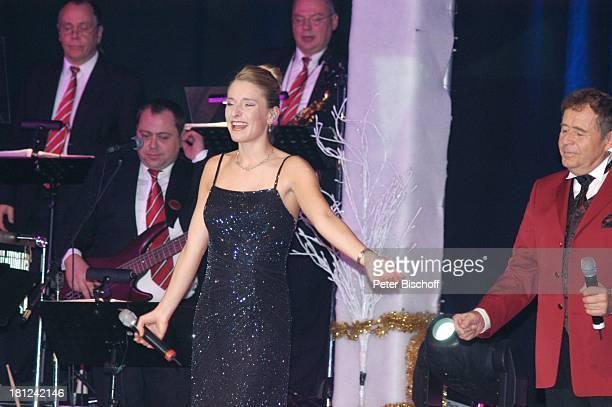 Stefanie Hertel Vater Eberhard Hertel im Hintergrund Orchester 'Wolkenlos' Tournee 'Zauber der W E I H N A C H T' Stadthalle Riesa Sachsen Deutschland