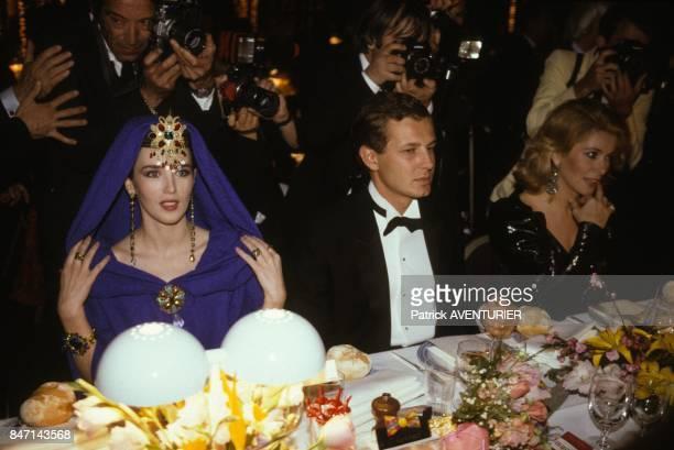 Stefano Casiraghi entoure Isabelle Adjani et Catherine Deneuve au diner qui a suivi la presentation du film de Luc Besson 'Subway' avec Isabelle...