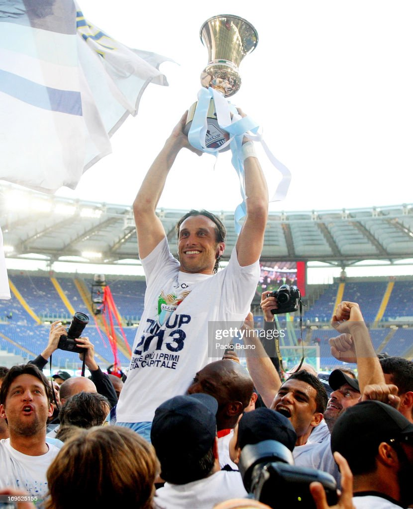 <a gi-track='captionPersonalityLinkClicked' href=/galleries/search?phrase=Stefano+Mauri&family=editorial&specificpeople=676361 ng-click='$event.stopPropagation()'>Stefano Mauri</a>(C) with his teammates of SS Lazio celebrate with the trophy after winning the Tim cup final against AS Roma at Stadio Olimpico on May 26, 2013 in Rome, Italy.