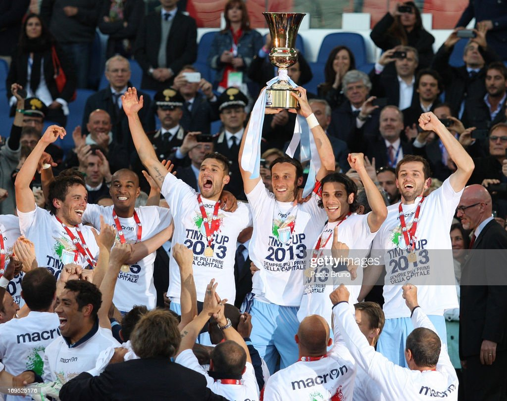 <a gi-track='captionPersonalityLinkClicked' href=/galleries/search?phrase=Stefano+Mauri&family=editorial&specificpeople=676361 ng-click='$event.stopPropagation()'>Stefano Mauri</a> (C) with his teammates of SS Lazio celebrate with the trophy after winning the Tim cup final against AS Roma at Stadio Olimpico on May 26, 2013 in Rome, Italy.