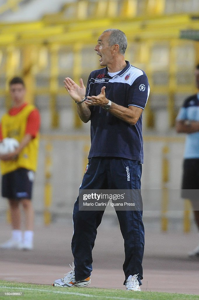 <a gi-track='captionPersonalityLinkClicked' href=/galleries/search?phrase=Stefano+Pioli&family=editorial&specificpeople=6314383 ng-click='$event.stopPropagation()'>Stefano Pioli</a> head coach of Bologna FC talks to his players during the TIM Cup match between Bologna FC and AS Varese at Stadio Renato Dall'Ara on August 18, 2012 in Bologna, Italy.