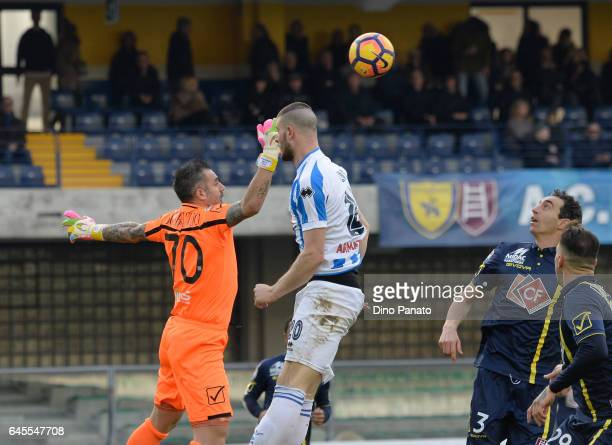 Stefano Sorrentino goalkeeper of ChievoVerona competes with Alberto Cerri of Pescara Calcio during the Serie A match between AC ChievoVerona and...