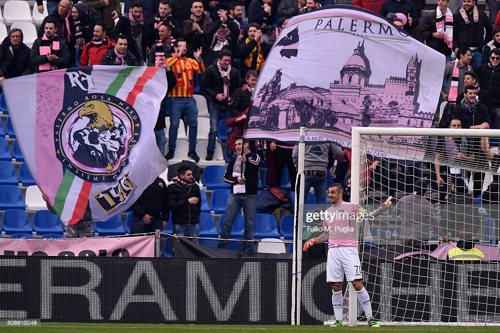 Stefano Sorrentino of Palermo issues instructions during the Serie A match between US Sassuolo Calcio and US Citta di Palermo at Mapei Stadium - Città del Tricolore on February 7, 2016 in Reggio nell'Emilia, Italy.
