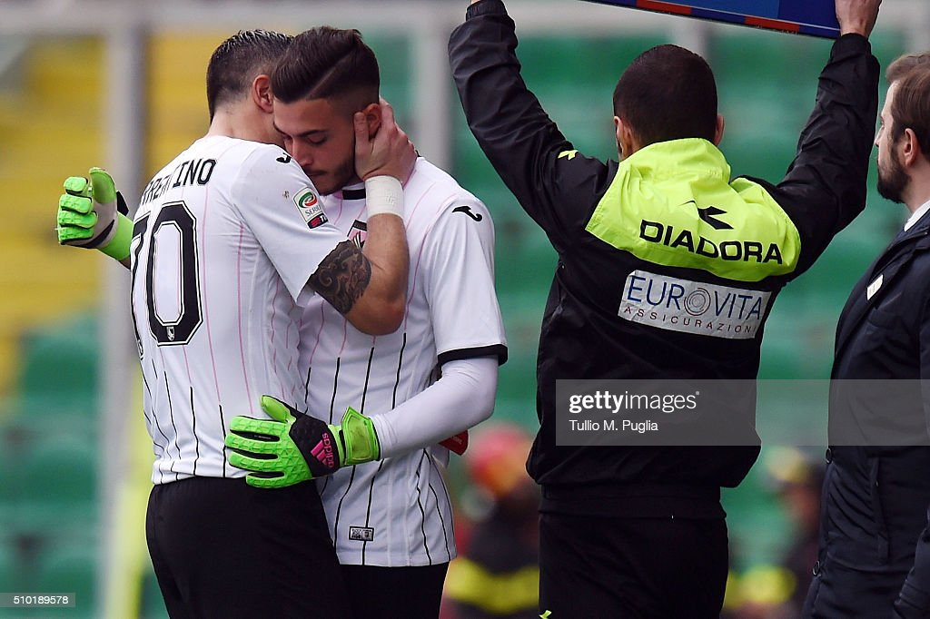 Stefano Sorrentino (L) of Palermo leaves the pitch after an injury as Fabrizio Alastra goes in during the Serie A match between US Citta di Palermo and Torino FC at Stadio Renzo Barbera on February 14, 2016 in Palermo, Italy.
