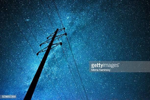 Ciel stellaire-dessus de la ligne de transmission