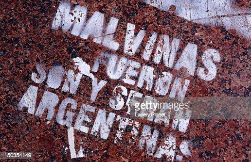 Stencil graffiti claiming Argentina's sovereignty over Isla Malvinas (Falkland Islands).