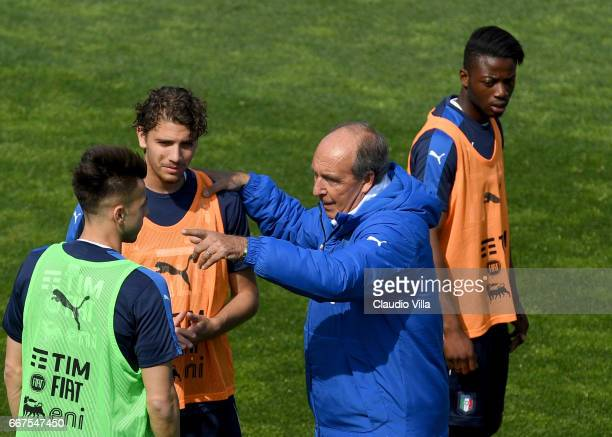 Stephan El Shaarawy Manuel Locatelli and Italian national team head coach Giampiero Ventura chat during the training session at the club's training...