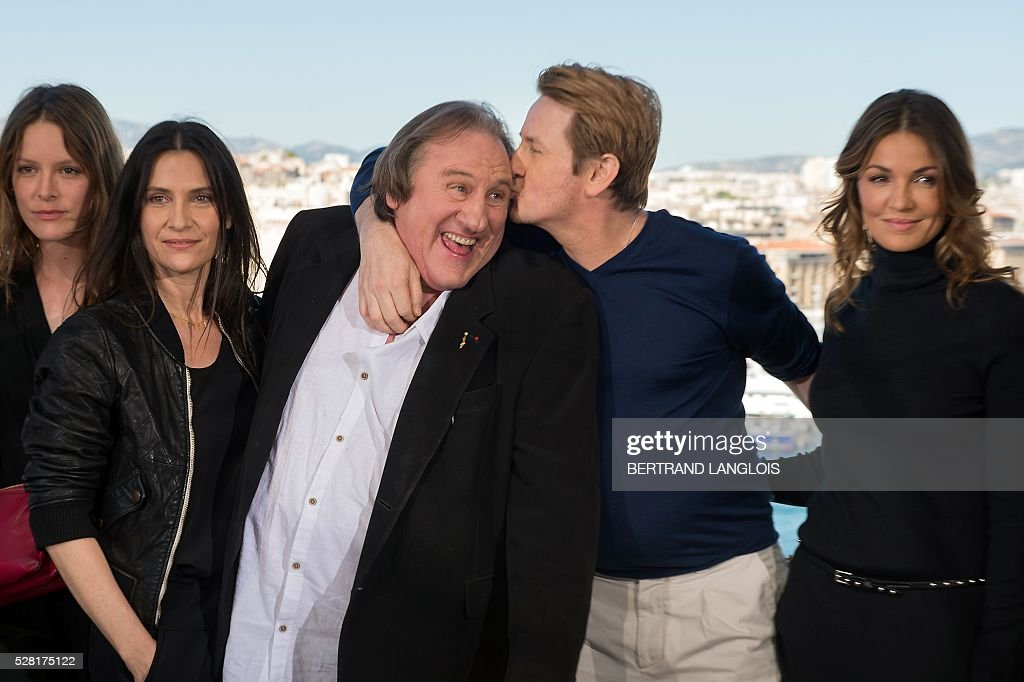 Stephane Caillard, Geraldine Pailhas, Gerard Depardieu, Benoit Magimel and Nadia Fares pose during a photocall for the premiere of the French TV show 'Marseille' broadcasted and co-produced by US streaming video giant Netflix on May 4, 2016 in Marseille, southern France. / AFP / BERTRAND