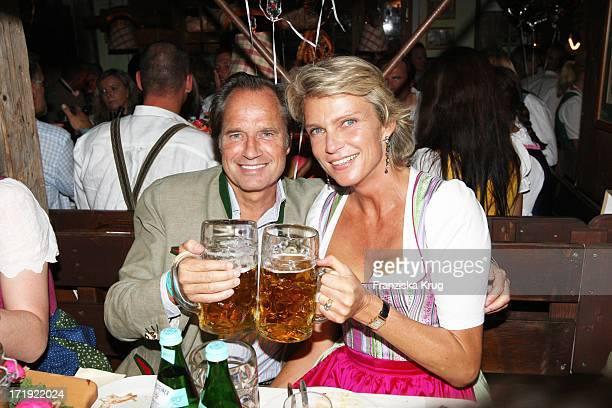 Stephanie Gräfin Von Pfuel Und Freund Hendrik Te Neues Beim 'Almauftrieb' Im Käfer Zelt Beim Oktoberfest In München