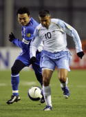 Stephen Corica of Sydney FC fights for the ball with Jiang Kun of Shanghai Shenhua during their AFC Champions League 2007 match between the Sydney FC...