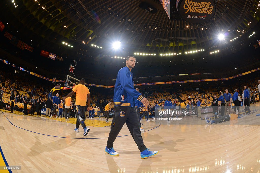 <a gi-track='captionPersonalityLinkClicked' href=/galleries/search?phrase=Stephen+Curry+-+Basketballspieler&family=editorial&specificpeople=5040623 ng-click='$event.stopPropagation()'>Stephen Curry</a> #30 of the Golden State Warriors before facing the Oklahoma City Thunder for Game Five of the Western Conference Finals during the 2016 NBA Playoffs on May 26, 2016 at ORACLE Arena in Oakland, California.