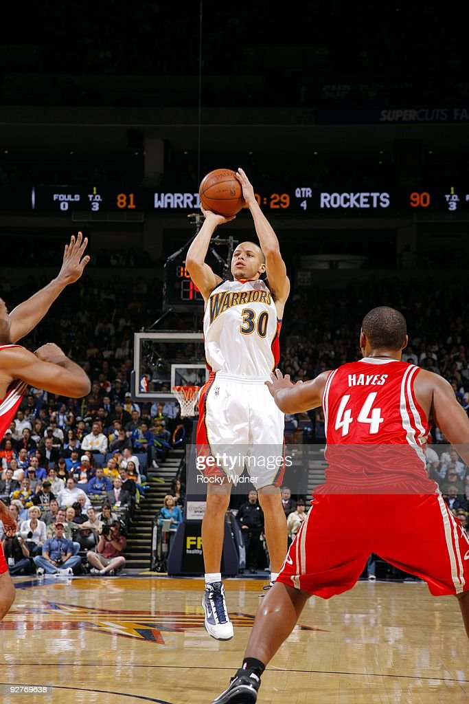 Stephen Curry #30 of the Golden State Warriors shoots a jump shot against <a gi-track='captionPersonalityLinkClicked' href=/galleries/search?phrase=Chuck+Hayes&family=editorial&specificpeople=206129 ng-click='$event.stopPropagation()'>Chuck Hayes</a> #44 of the Houston Rockets during the game at Oracle Arena on October 28, 2009 in Oakland, California. The Rockets won 108-107.