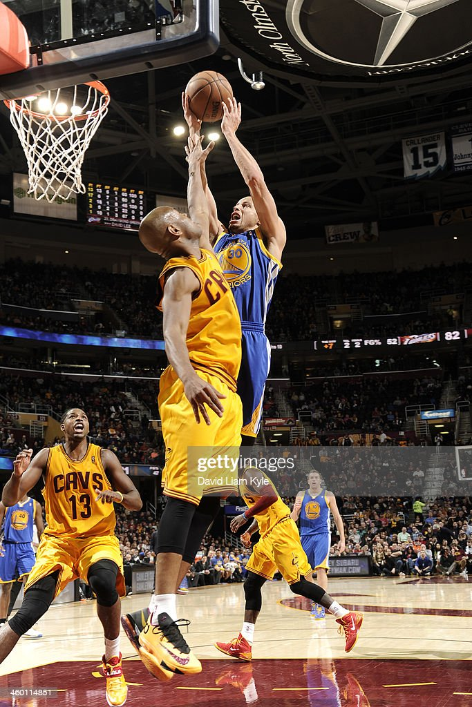 Stephen Curry #30 of the Golden State Warriors shoots against <a gi-track='captionPersonalityLinkClicked' href=/galleries/search?phrase=Jarrett+Jack&family=editorial&specificpeople=208109 ng-click='$event.stopPropagation()'>Jarrett Jack</a> #1 of the Cleveland Cavaliers at The Quicken Loans Arena on December 29, 2013 in Cleveland, Ohio.