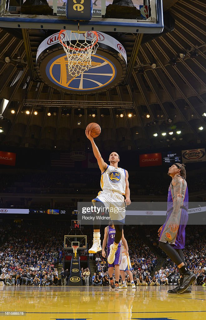 Stephen Curry #30 of the Golden State Warriors shoots against <a gi-track='captionPersonalityLinkClicked' href=/galleries/search?phrase=Michael+Beasley&family=editorial&specificpeople=4135134 ng-click='$event.stopPropagation()'>Michael Beasley</a> #0 of the Phoenix Suns on February 2, 2013 at Oracle Arena in Oakland, California.