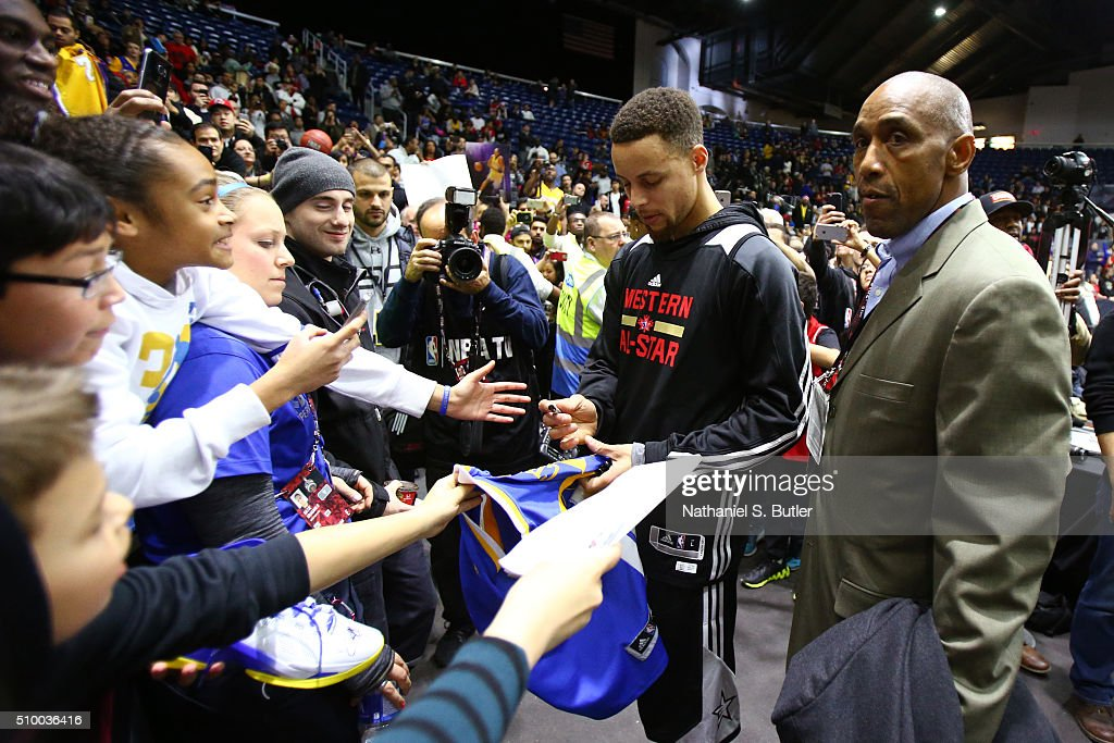 <a gi-track='captionPersonalityLinkClicked' href=/galleries/search?phrase=Stephen+Curry+-+Basketspelare&family=editorial&specificpeople=5040623 ng-click='$event.stopPropagation()'>Stephen Curry</a> #30 of the Golden State Warriors signs autographs after the NBA All-Star Practice as part of 2016 All-Star Weekend at the Ricoh Coliseum on February 13, 2016 in Toronto, Ontario, Canada.