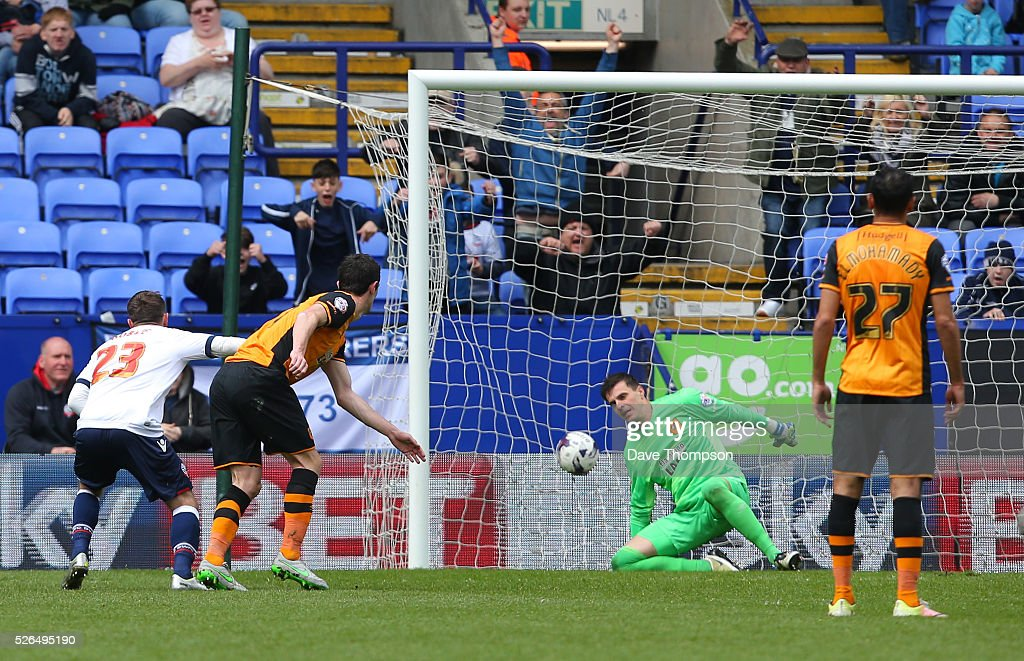 Stephen Dobbie (1st L) of Bolton Wanderers scores his team's first goal past Eldin Jakupovic (2nd R) of Hull City during the Sky Bet Championship match between Bolton Wanderers and Hull City at the Macron Stadium on April 30, 2016 in Bolton, United Kingdom.
