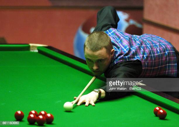 Stephen Hendry lines up a red