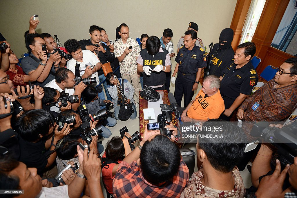 Stephen Henri Lubbe (centre R) of South Africa attends a press conference as evidence is placed in front of him at the customs office in Denpasar on Bali island on February 14, 2014. Lubbe was arrested on February 9 carrying 1540 grams of methamphetamine hidden in his luggage at Bali International Airport in Indonesia. AFP PHOTO / SONNY