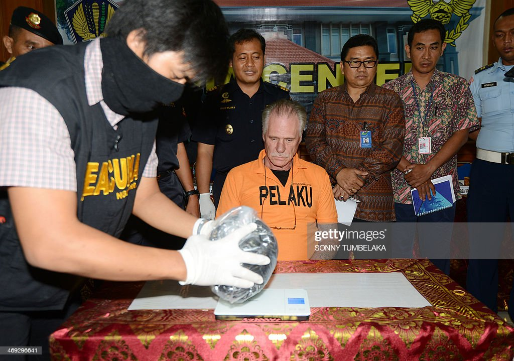 Stephen Henri Lubbe (C) of South Africa attends a press conference as evidence is placed in front of him at the customs office in Denpasar on Bali island on February 14, 2014. Lubbe was arrested on February 9 carrying 1540 grams of methamphetamine hidden in his luggage at Bali International Airport in Indonesia. AFP PHOTO / SONNY