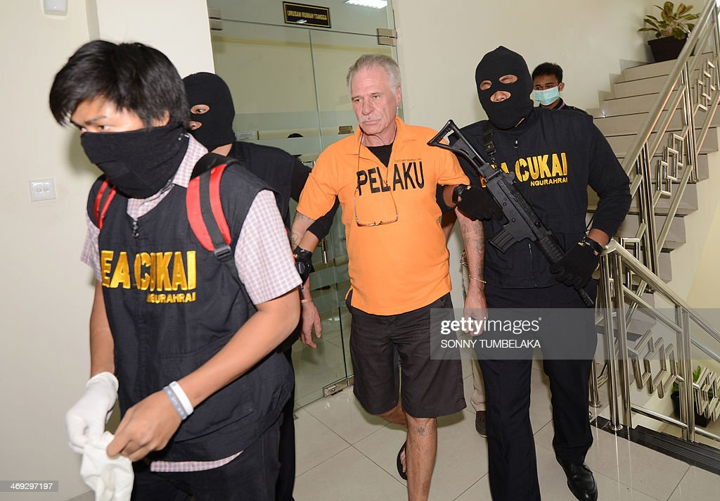 Stephen Henri Lubbe (C) of South Africa is escorted by security at the customs office in Denpasar on Bali island on February 14, 2014. Lubbe was arrested on February 9 carrying 1540 grams of methamphetamine hidden in his luggage at Bali International Airport in Indonesia. AFP PHOTO / SONNY