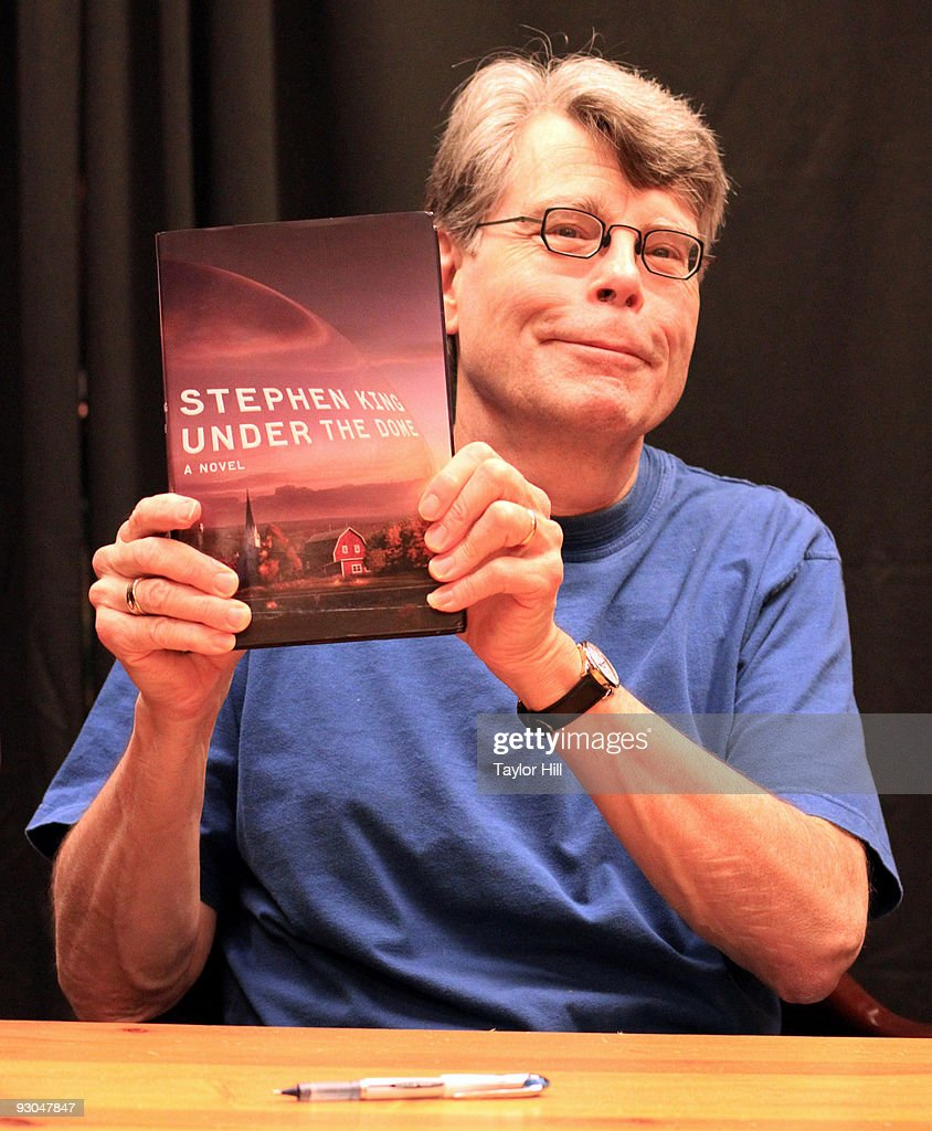 "Stephen King Signs ""Under the Dome"" At Barnes & Noble"