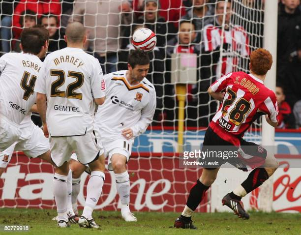 Stephen Quinn of Sheffield United scores a goal during the CocaCola Championship match between Sheffield United and Hull City at Bramall Lane on...