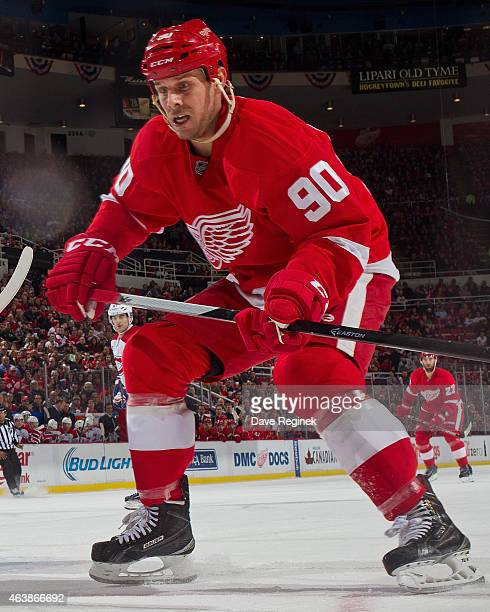 Stephen Weiss of the Detroit Red Wings follows the play during a NHL game against the Montreal Canadiens on February 16 2015 at Joe Louis Arena in...