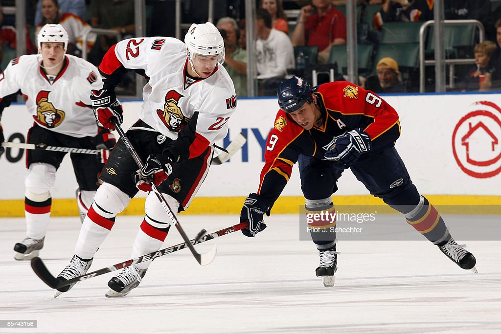 Stephen Weiss of the Florida Panthers battles for the puck against Chris Kelly of the Ottawa Senators at the Bank Atlantic Center on March 31 2009 in...