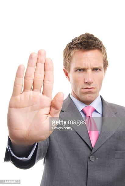 Stern Geschäftsmann hält seine Handfläche aus