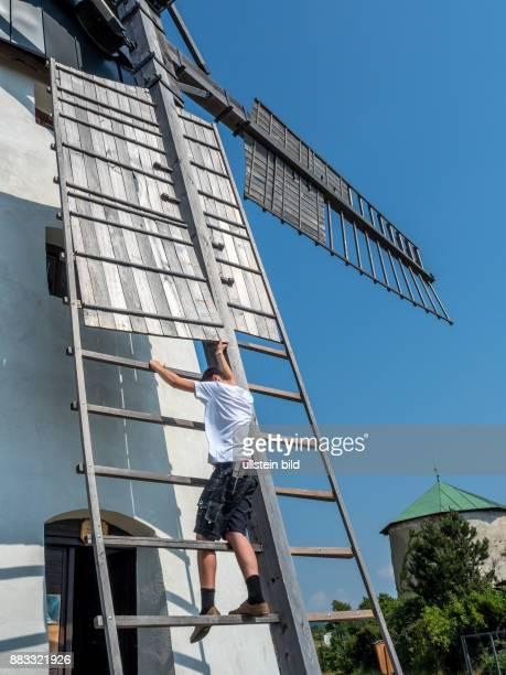 Österreich Niederösterreich Retz Das Wahrzeichen der Stadt ist die Windmühle Flügel werden aufgezogen