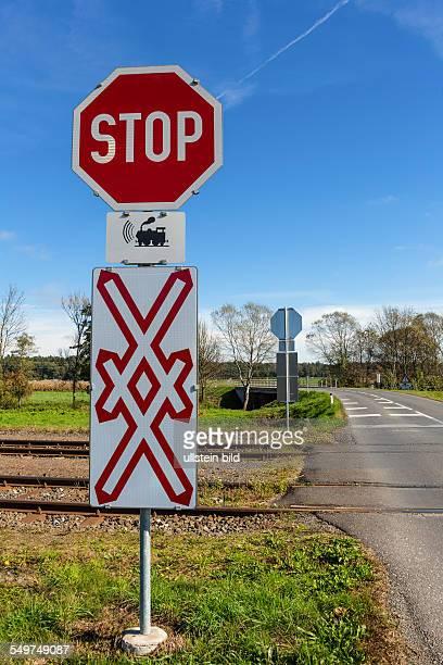 Österreich Unbeschrankte Eisenbahnkreuzung Ein Bahnübergang einer Eisenbahn ohne Schranken Nur durch Verkehrszeichen und Pfeifsignale gesichert