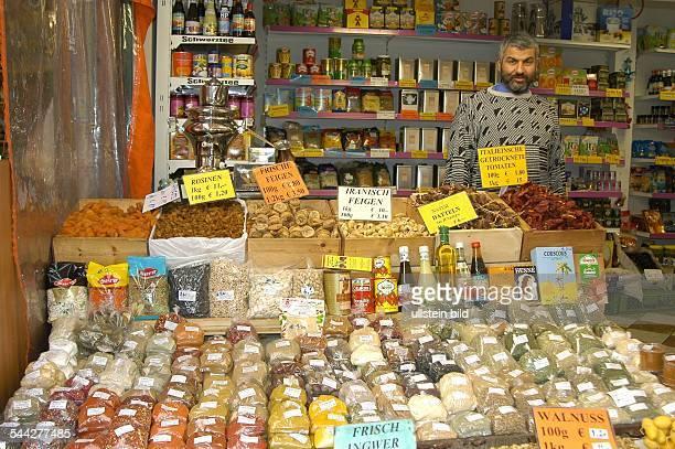 Gewuerzhaendler auf dem Naschmarkt an der Wienzeile