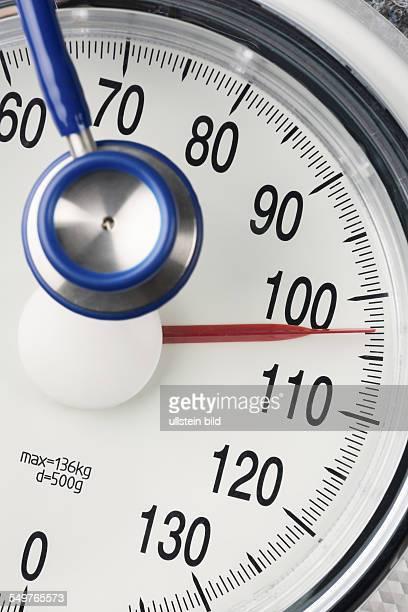 Stethoskop und Waage Symbolfoto für Gewicht Diät und Herzkrankheiten