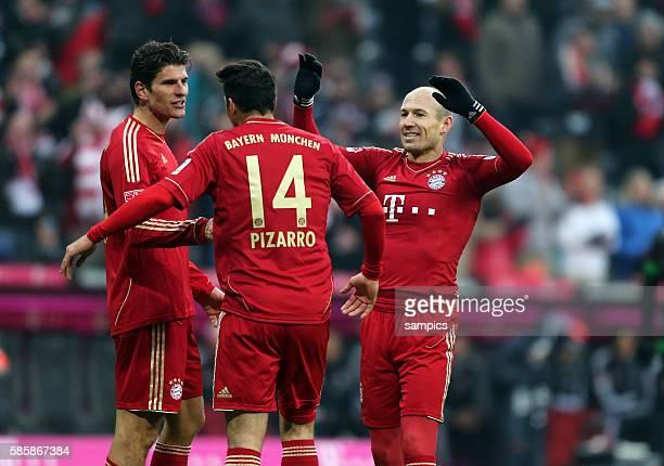 Steuerte zwei Tore bei Mario GOMEZ FC Bayern München Mario GOMEZ FC Bayern München jubelt mit Claudio Pizarro FC Bayern München und Arjen ROBBEN FC...