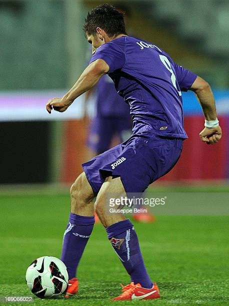 Stevan Jovetic of Fiorentina scores the goal 04 during the Serie A match between Pescara and ACF Fiorentina at Adriatico Stadium on May 19 2013 in...