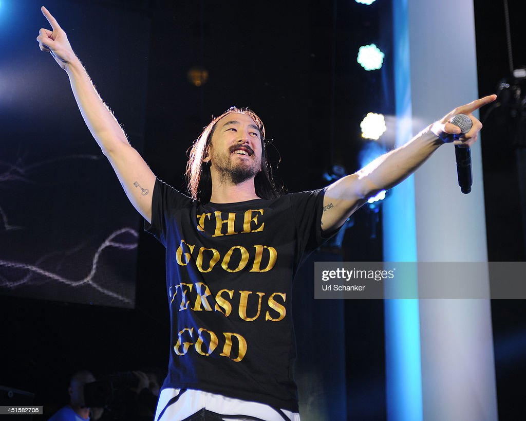 Steve Aoki performs during the iHeartRadio Ultimate Pool Party Presented By VISIT FLORIDA At Fontainebleau's BleauLive at Fontainebleau Miami Beach on June 27, 2014 in Miami Beach, Florida.
